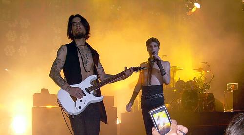 20090609 - Nine Inch Nails & Jane's Addiction concert - NINJA - Jane's Addiction - 14 - Dave Navarro (playing guitar), Perry Farrell (singing), Stephen Perkins (drumming)