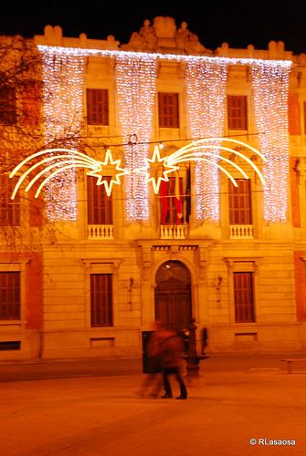 Fachada del edificio del Parlamento de Navarra iluminado en Navidades