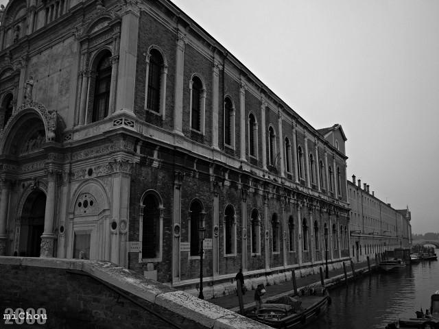 Arhitectură în alb/negru