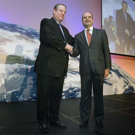 Greenpeace le dice a Manuel Chaves que menos hacer manitas con Al Gore y más hacer una politica real en medio ambiente.