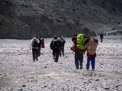 Caminando por el lecho (seco) del rio