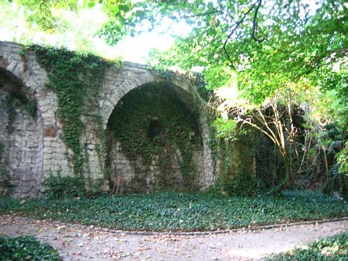 กำแพงบ้านที่�นุรักษ์เ�าไว้ ตั้งแต่สมัยเป็นกำแพงเมื�งไว้รบกับโรมัน สมัยนั้นเมื�งเล็กมาก