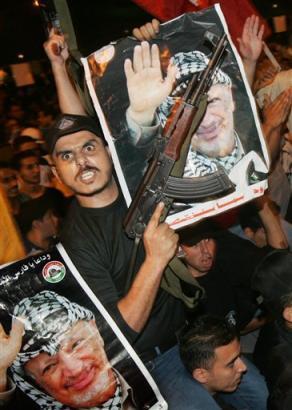Palästinensischer Geigenvirtuose mit Porträt seines Idols Jehudi Menuhin.