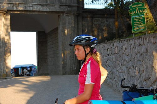 Ира на фоне ворот на вершие байдарского перевала