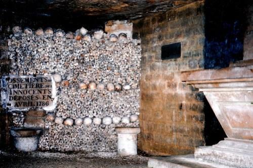 Huesos que provenías del Cimetiere des Innocents en las Catacumbas de París