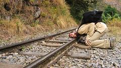 Auf nach Aguas Calientes: der grosse Indianerhäuptling horcht, ob der Zug wohl kommt?