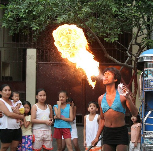 gay man performs a fireblowing street show Buhay Pinoy Philippines Filipino Pilipino  people pictures photos life Philippinen