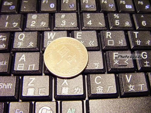 KJS的鍵盤按鍵比1元硬幣還小!