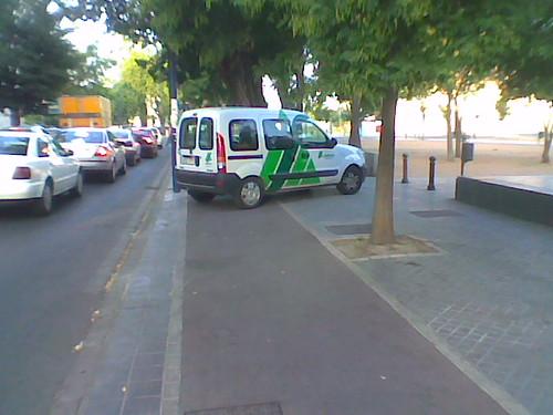 Carril-Bici ocupado furgoneta SADECO, se trata de una empresa pública municipal. Avenida Rabanales.