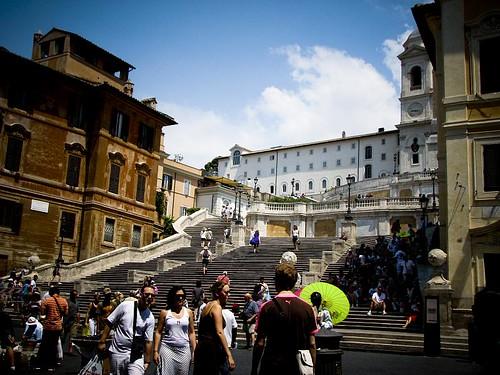 스페인 광장. 계단에 많은 관광객들이 앉아 있다.