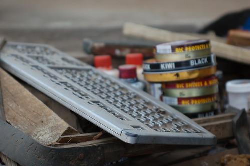 Un viejo teclado reconvertido en soporte para abrillantar zapatos