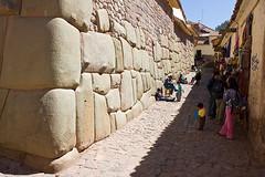 Die bekannten grossen Steine der Inkas, in den Strassen Cuscos