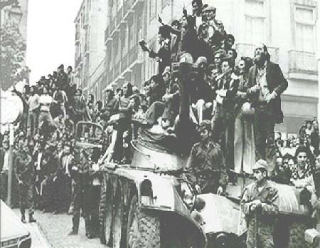 Civiles sobre un tanque de los militares alzados en Lisboa en abril de 1975. La Revolución de los Claveles es un ejemplo de un movimiento militar progresista y democrático compuesto por militares de baja y media graduación.