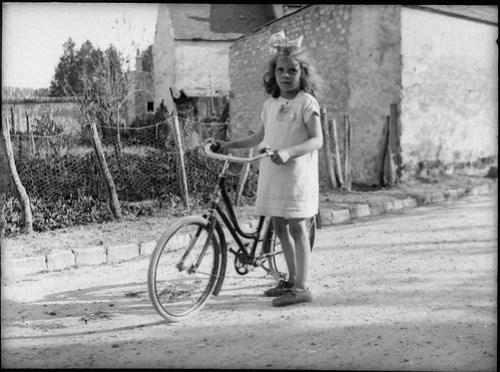 [Modifiée] La petite fille à vélo