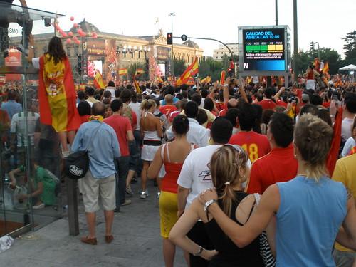 Multitud rojamarilla en la Plaza de Colón