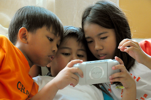 electronic game, handheld PSP, boys, girl, trio, playing Buhay Pinoy Philippines Filipino Pilipino  people pictures photos life Philippinen  playstation