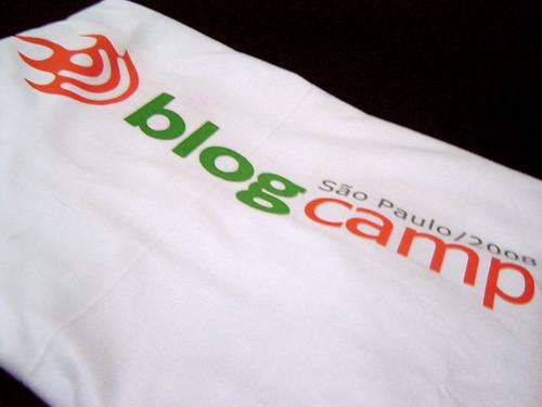 Minha camisa do Blogcamp e eu R$15 menos rico