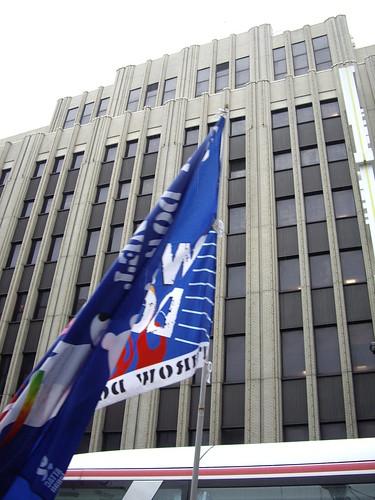 「擋住」伊勢丹百貨公司的反g8旗幟。
