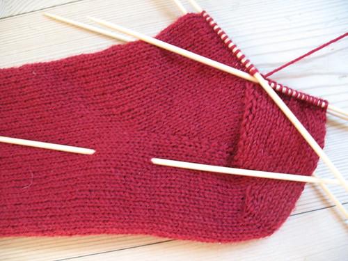 Hælkile, hælrunding samt hælklappen er strikket