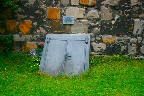 Entrada a una de las criptas