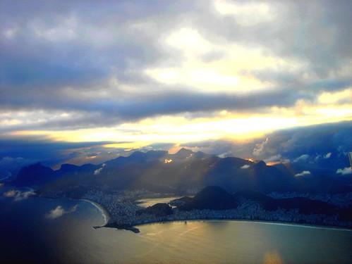 É de manhã, vem o sol, mas os pingos da chuva que ontem caiu ainda estão a brilhar