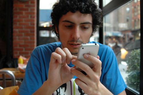 Yo con mi viejo iPhone en un café neoyorkino