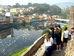 Alunos observam o rio Tietê