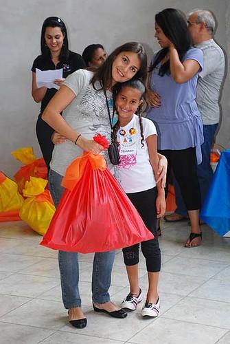 Entrega da sacolinha de Natal às crianças participantes do projeto