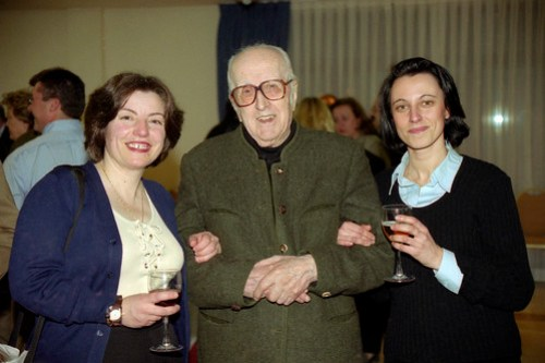 Don Gonzalo, siempre sonriente, junto a Mónica y Asun. Foto Pedro Merino