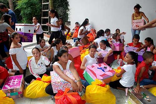 Entrega das caixas criadas por alunos do curso de Pedagogia do Centro Universitário SantAnna