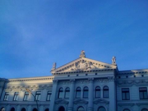 Blauer kalter Himmel über Altona