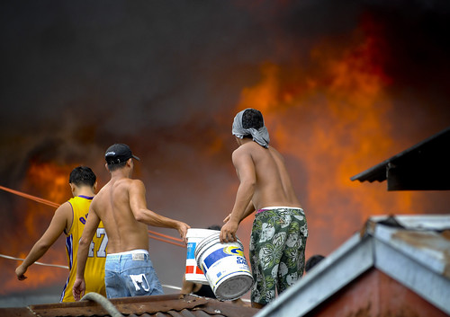 Pinoy Filipino Pilipino Buhay  people pictures photos life Philippinen  菲律宾  菲律賓  필리핀(공화�) Philippines  fire sunog looting boys group house burnt manila