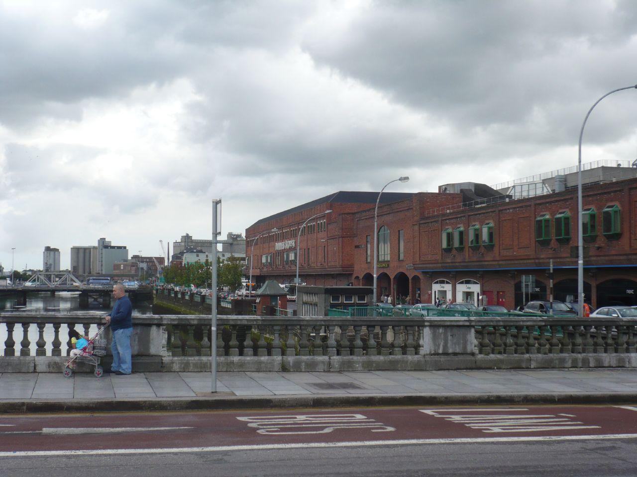 la margen del centro a la izquierda, centro comercial