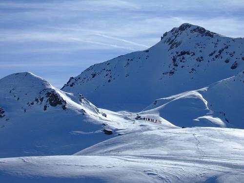Esquiadores arrastrados por una quitanieves