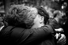 Beso entre dos hombres