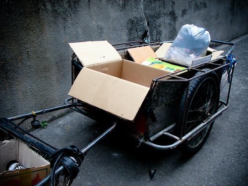 쓰레기 봉투와 종이 상자가 놓여있는 수레