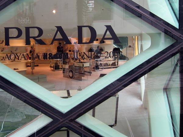 PRADA表参道店のガラスにヒビ