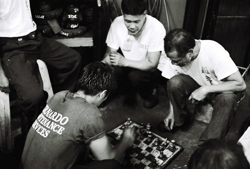 men playing chess on the street ground sidewalk Buhay Pinoy Philippines Filipino Pilipino  people pictures photos life Philippinen  菲律宾  菲律賓  필리핀(공화�) game board