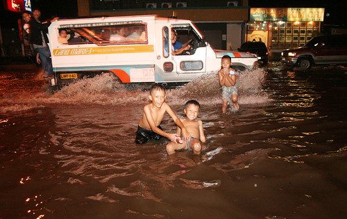 swimming playing flood davao street Pinoy Filipino Pilipino Buhay  people pictures photos life Philippinen  菲律宾  菲律賓  필리핀(공화�) Philippines