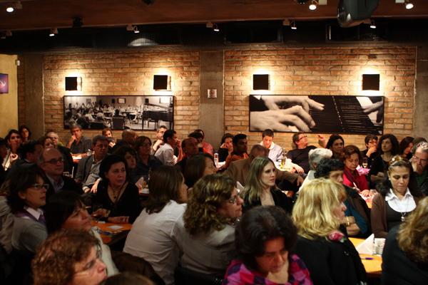 Público atento durante o Café Filosófico. Fotografia de Damião.