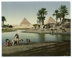 Kairo, village arabe et pyramids.