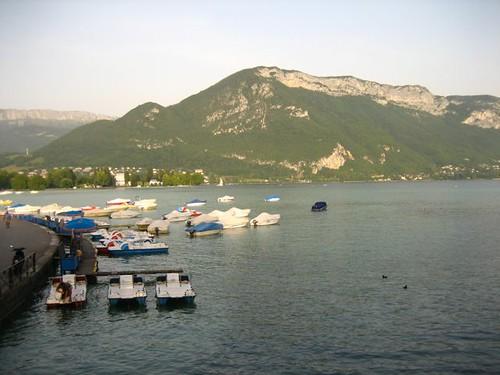 นี่ๆๆ ทะเลสาบติดกะภูเขา คิดเ�าเ�งว่าเป็นเขาแ�ลป์ �ยากมีบ้าน�ยู่ตีนเขามั่ง�่ะ คิดว่าถ้าแดดดี รูปจะงามกว่านี้นะ