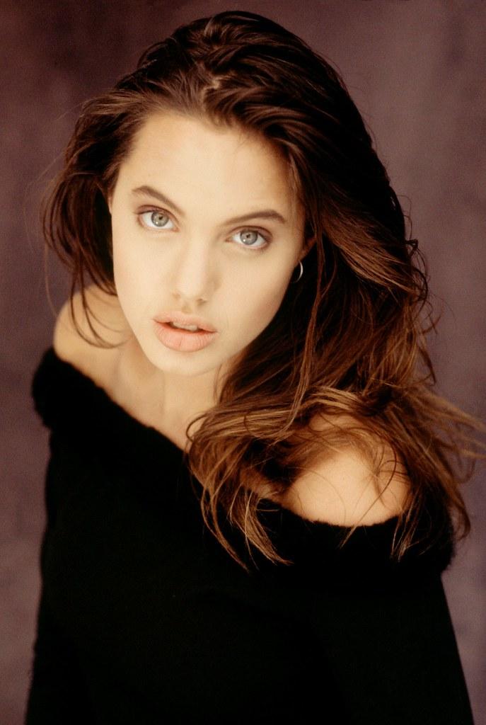 La jovencisima Angelina Jolie