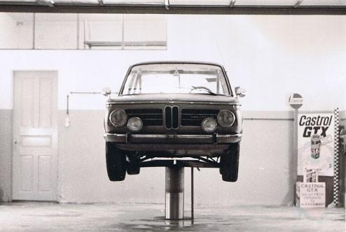 Dieses Bild zeigt einen alten BMW der auf einem
