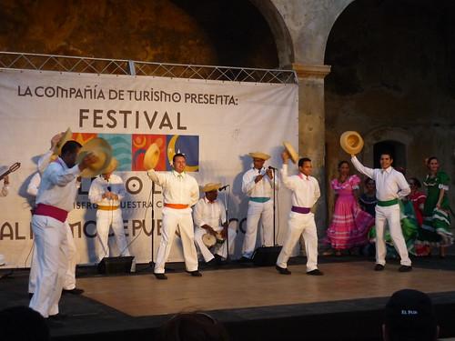 Le Lo Lai show, dancers with hats