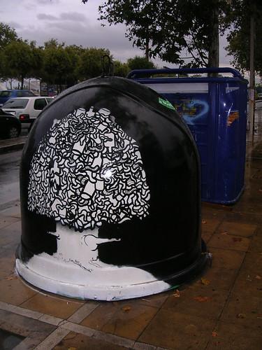 Árbol sobre fondo negro. Grafiti 25