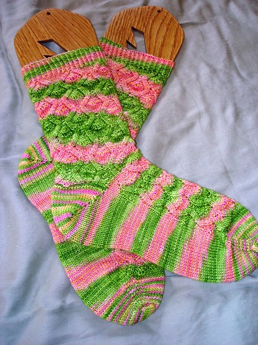 For once, a non solid colorway doesnt really detract so much from the stitch pattern!  Nice!