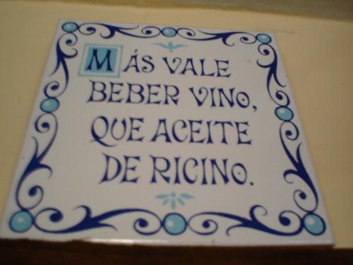 Más vale beber vino que aceite de ricino!