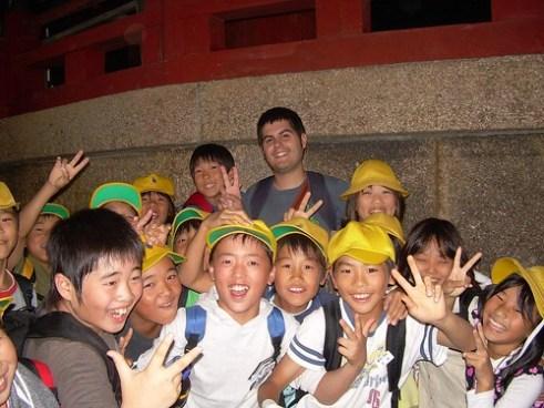 Pau rodeado de niños japoneses en Nara