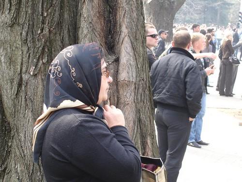 Femeie in rugaciune la sediul Presedintiei din Chisinau la 7 aprilie 2009
